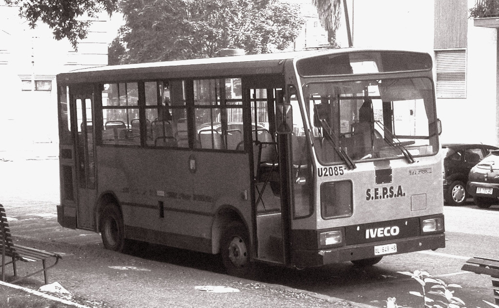 Piazzale Tecchio - Autobus ?Minerva? matricola U2085 in servizio sulla linea piazzale Tecchio-Rione Traiano in sosta al capolinea