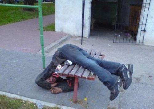 168-ubriaco-cade-panchina